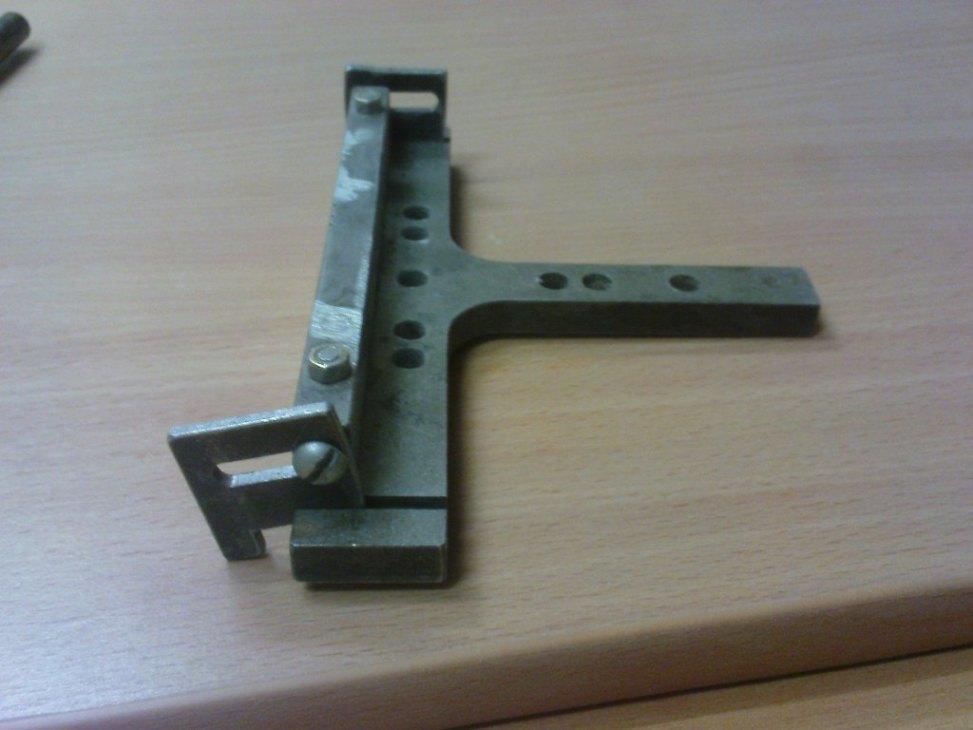 Фотография готового кондуктора для сверления отверстия под конфирмат.