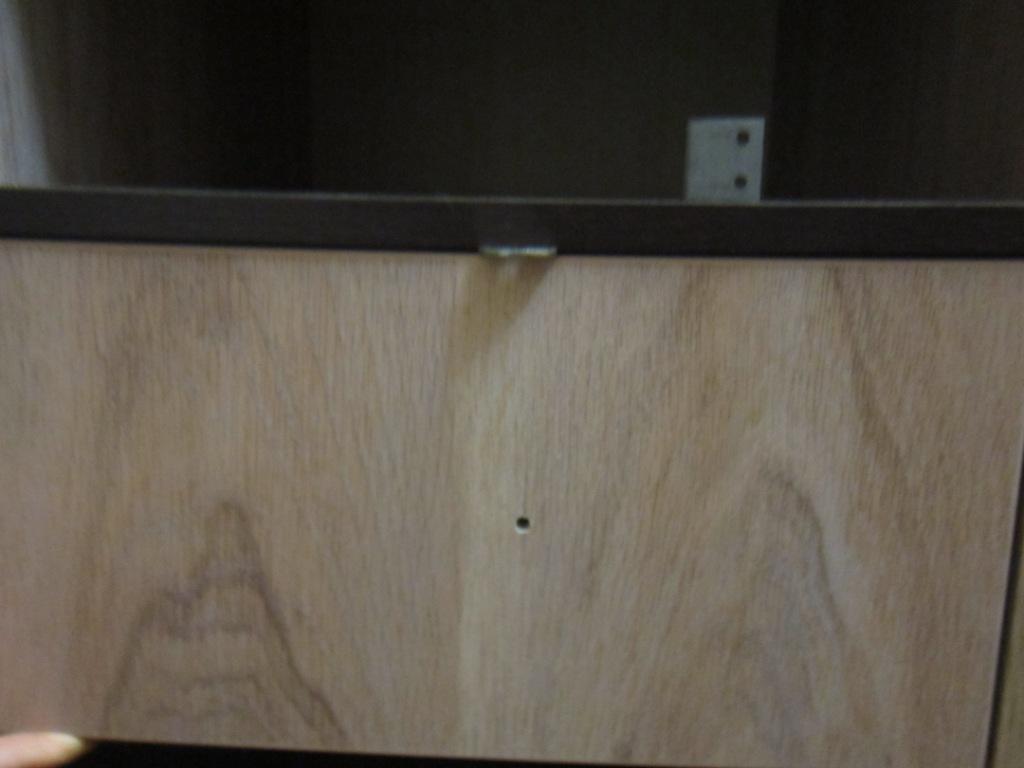 Берем фасад приставляем к ящику и сверху устанавливаем размеро задающие подкладки.