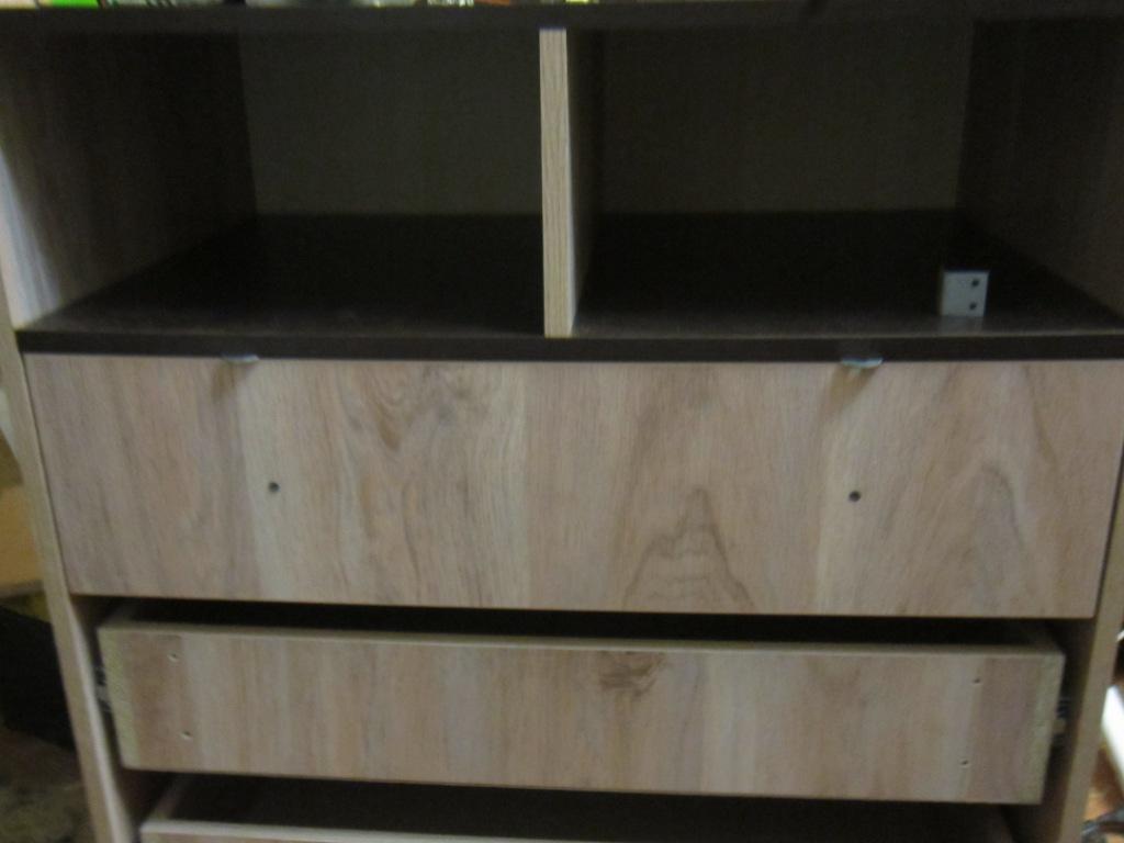 Берем фасад приставляем к ящику и сверху устанавливаем размер задающие подкладки.