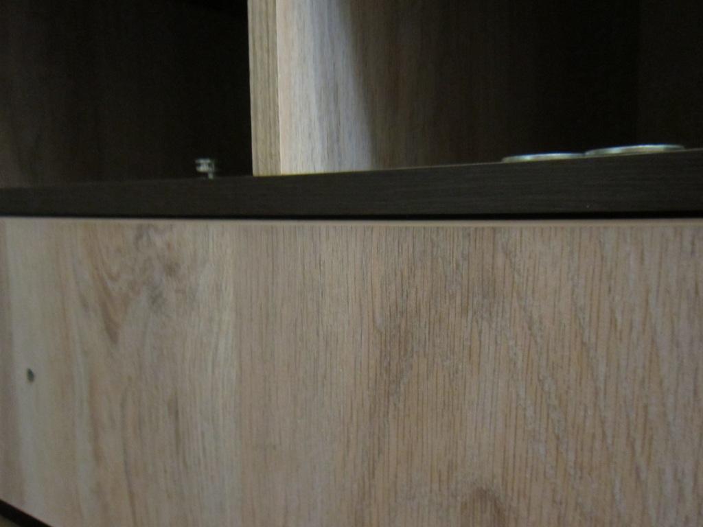 Теперь убираем регулировочные подкладки проверяем правильность установки фасада на ящик.