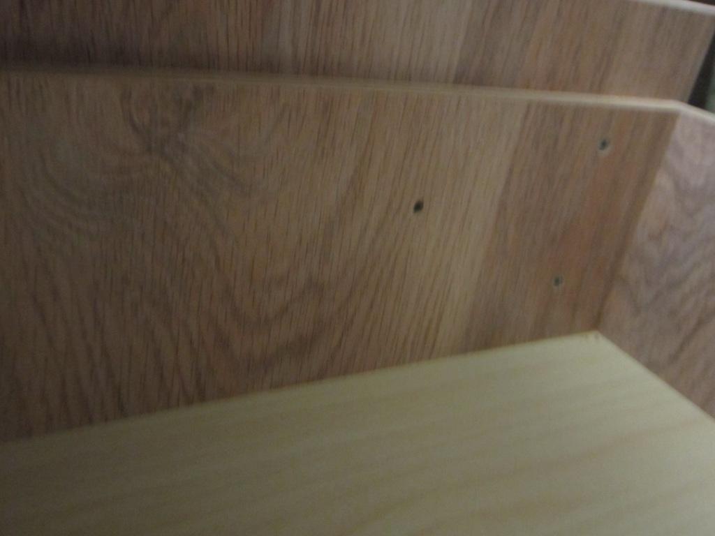 Берем дрель и сверлим сквозные отверстия для крепежа ручек ящика.