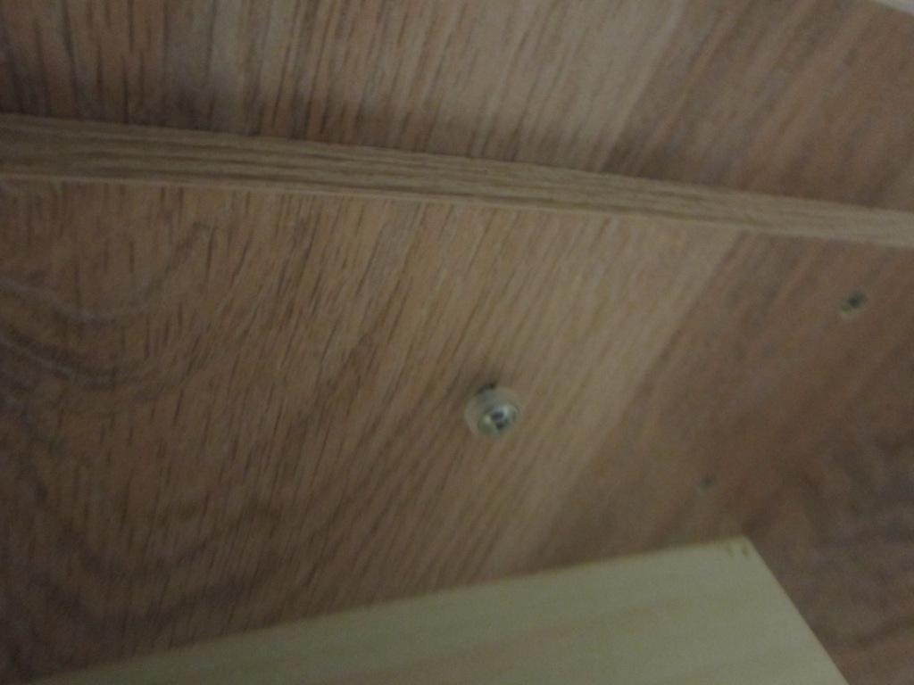 Берем наши болты на 40 мм с установленной мебельной шайбой и крепим ручку к фасаду.