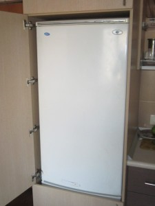 Обычный холодильник встроить в шкаф. центр. сборка мебели в .